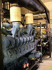 Cztery takie generatory dostarczają prąd dla CPD w przypadku gdyby obie linie zasilania uległy uszkodzeniu. Podziemne zbiorniki CPD mogą pomieścić 300 tys. litrów paliwa.
