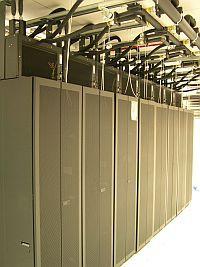 Nowy system chłodzenia w szafach stelażowych dla serwerów blade. Są w stanie przyjąć  koncentrację mocy na poziomie 10 kW na metr kwadratowy.