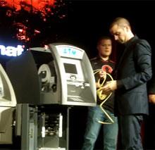 Hakowanie bankomatu podczas konferencji Black Hat