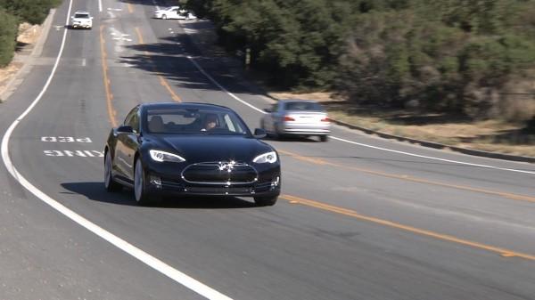 Tesla model S na drodze w USA.