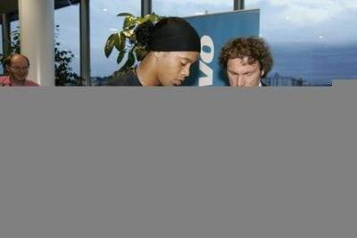 Ronaldinho podpisuje komputery