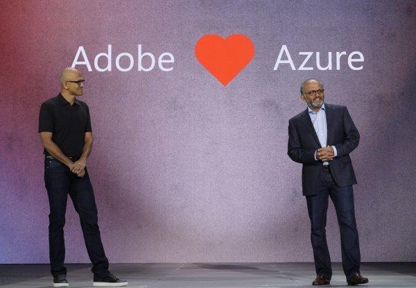 Microsoft CEO Satya Nadella oraz Adobe CEO Shantanu Narayen prezentują porozumienie dotyczące współpracy między firmami i planów wykorzystania platformy Azure przez Adobe.
