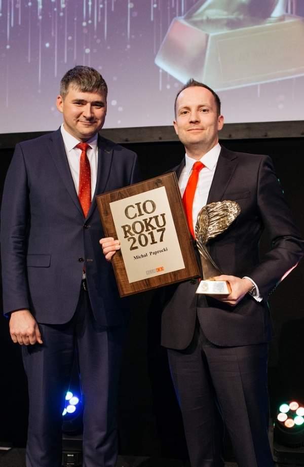 Michał Paprocki, CIO Roku 2017 odebrał statuetkę z rąk Tomasza Krawczuka, CIO Roku 2016.