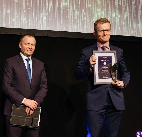 """Marek Niziołek, laureat Diamentu CIO 2017 """"CIO cyfrowej syntezy"""", odbiera nagrodę z rąk Sławomira Panasiuka, CIO 2009, wiceprezesa KDPW SA."""