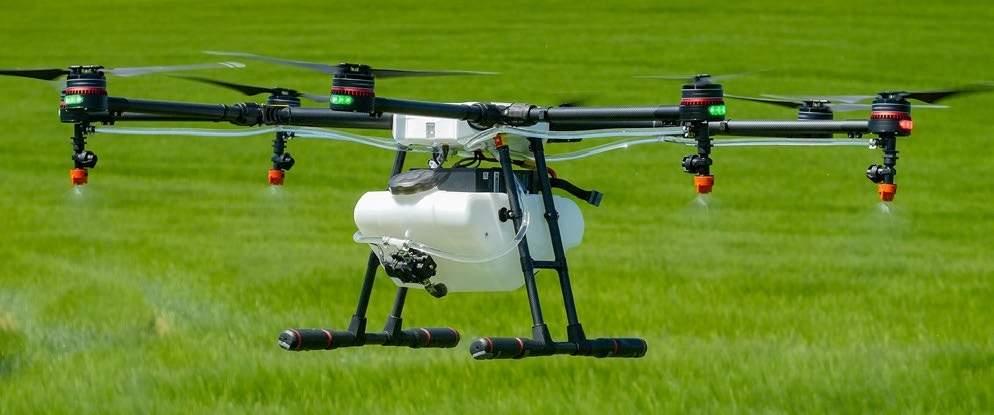 Na zdjęciu: Agras MG-1, dron firmy DJI, który potrafi pokryć teren o powierzchni od 4000 do 6000 m2 w 10 minut, czyli o 40–60 razy szybciej niż w przypadku oprysku ręcznego. Fot. Drone Aerial Operators Group Ltd.