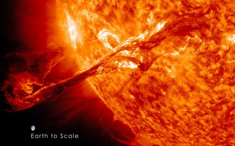 Wybuchy na Słońcu generują potężne fale elektromagnetyczne i strumienie naładowanych cząstek. Źródło: NASA Goddard Space Flight Center