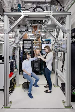 Hanhee Paik i Sarah Sheldon, naukowcy z IBM Q Lab, sprawdzają system kwantowy IBM Q przed włożeniem do komory chłodniczej. Zdjęcie wykonano w należącym do IBM ośrodku T. J. Watson Research Center w Yorktown.