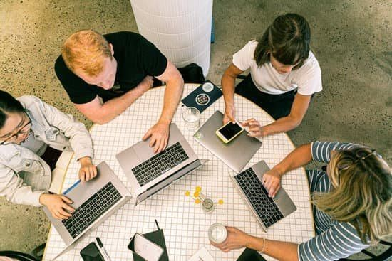 Startupy technologiczne mocno tną zatrudnienie